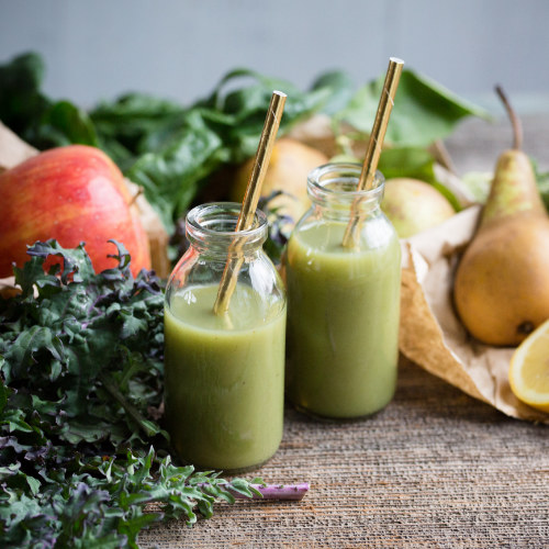 Super Green Smoothie: Apple, Pear, Kale, Spinach, Kiwi, Lemon, Broccoli & Banana